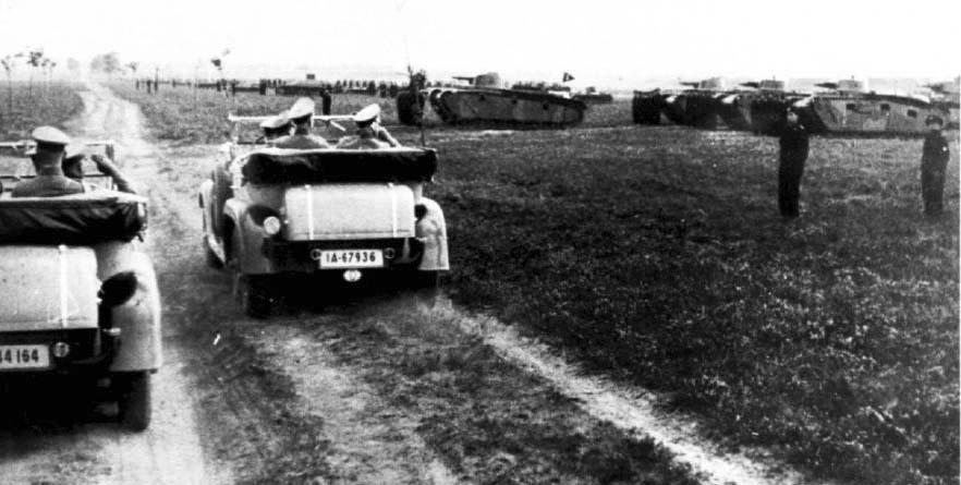 Парадный строй 1-й танковой дивизии во время маневров: хорошо видны Grosstraktor I и  Grosstraktor III (на заднем плане справа видна башня танка NbFz IV), август 1935г.